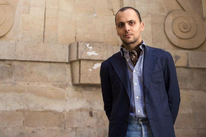 Stéphane Butticé en blazer bleu en laine et cachemire avec jean taille haute.