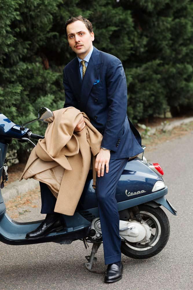 Stéphane Butticé en costume bleu croisé Hartwood, chemise sartoriale Avino Laboratorio Napoletano et mocassins Crockett & jones noirs.