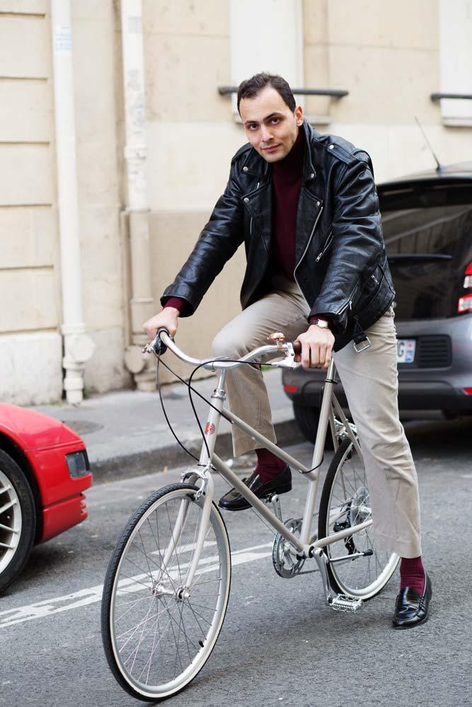 Stéphane Butticé en vélo Tokyo Bike et perfecto, pantalon blanc et mocassin Bas Wejuns.