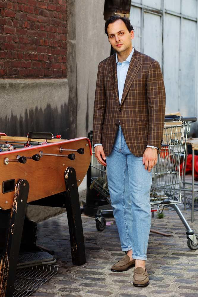 Stéphane Butticé en veste à carreau Hartwood, chemise sartoriale bleue ciel Avino Laboratorio Napoletano, jean taille haute et mocassins Church's.