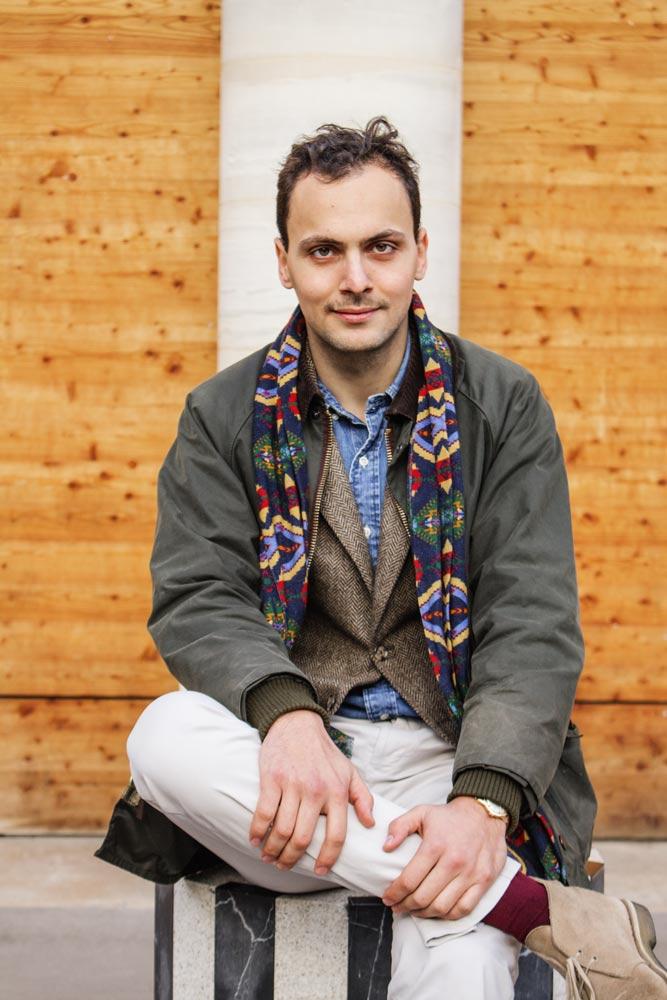 Stéphane Butticé habillé avec une veste à chevrons et un pantalon blanc avec un barbour beaufort olive.