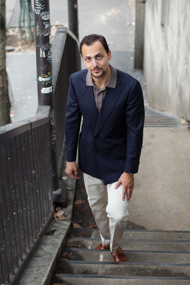 Stéphane Butticé en veste croisée sur mesure Sartoria Crimi et pantalon blanc avec mocassins Crockett & Jones.