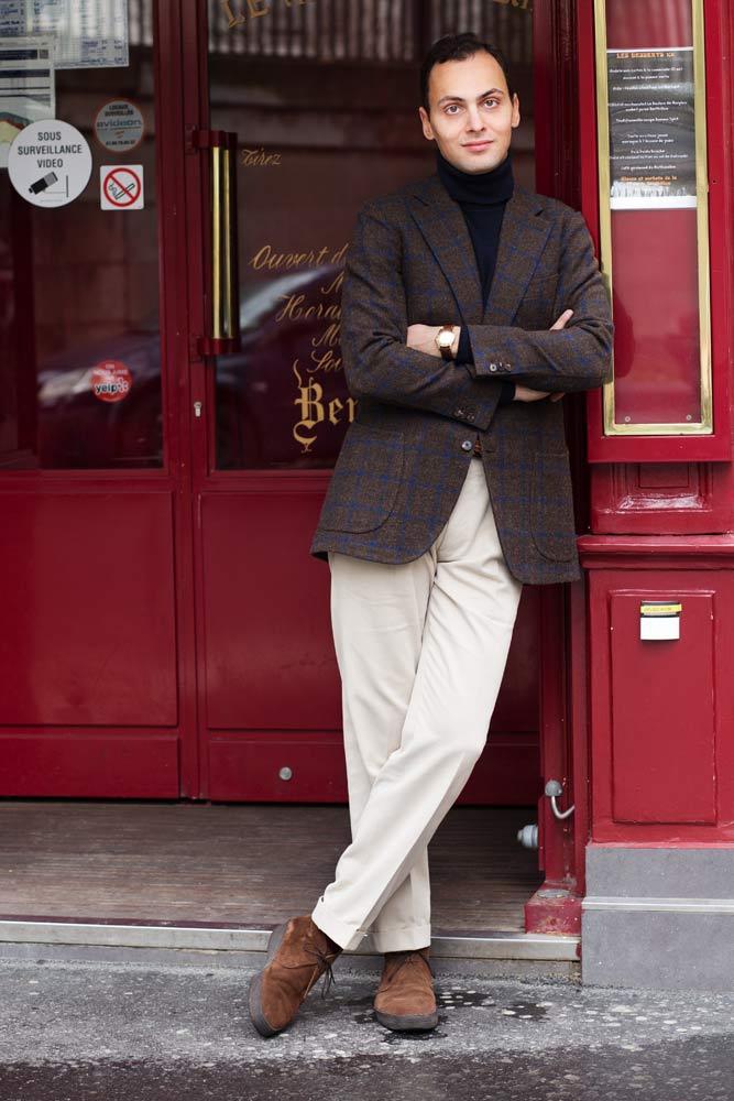 Stéphane Butticé en veste en tweed et pantalon blanc Sartoria Ripense et boots Sanders par Beige Habilleur.