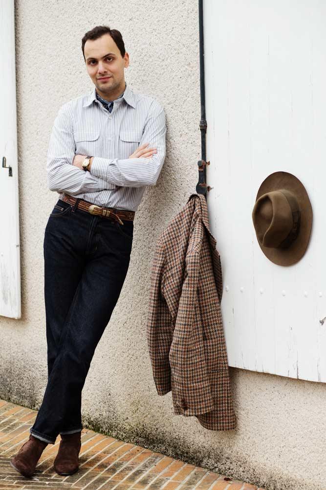 Stéphane Butticé avec veste en tweed de la Sartoria Crimi, jean taille haute, chemise Salvatore Piccolo et boots Barbanera.