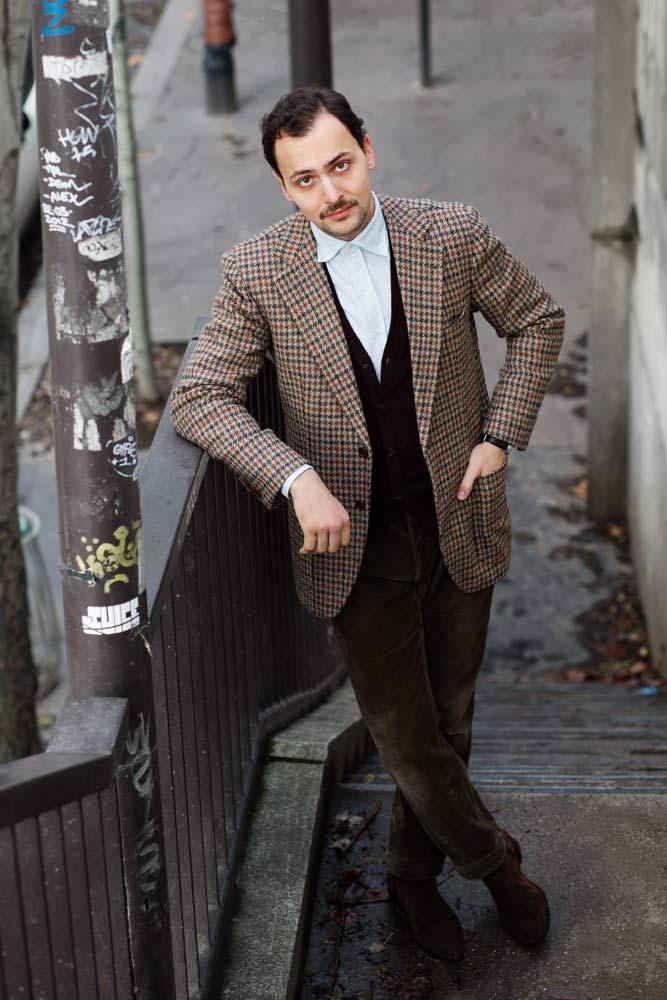 Stéphane Butticé en veste bespoke Sartoria Crimi, pantalons sur mesure en velours Sartoria Ripense et mocassins Crockett & Jones.