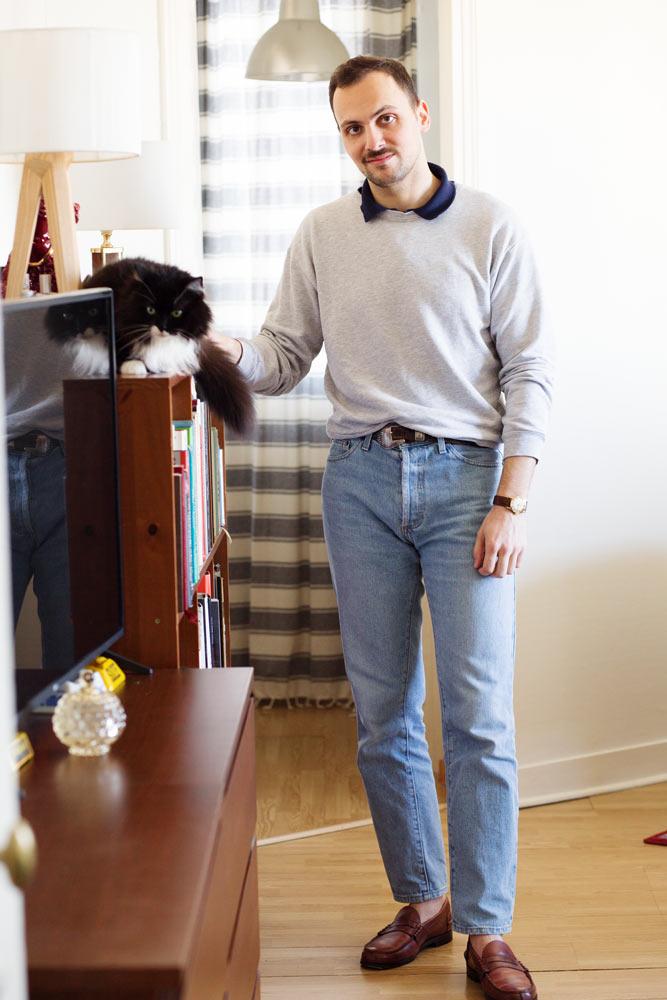 Stéphane Butticé en jen taille haute, ceinture western, sweatshirt gris et mocassin Saxones.