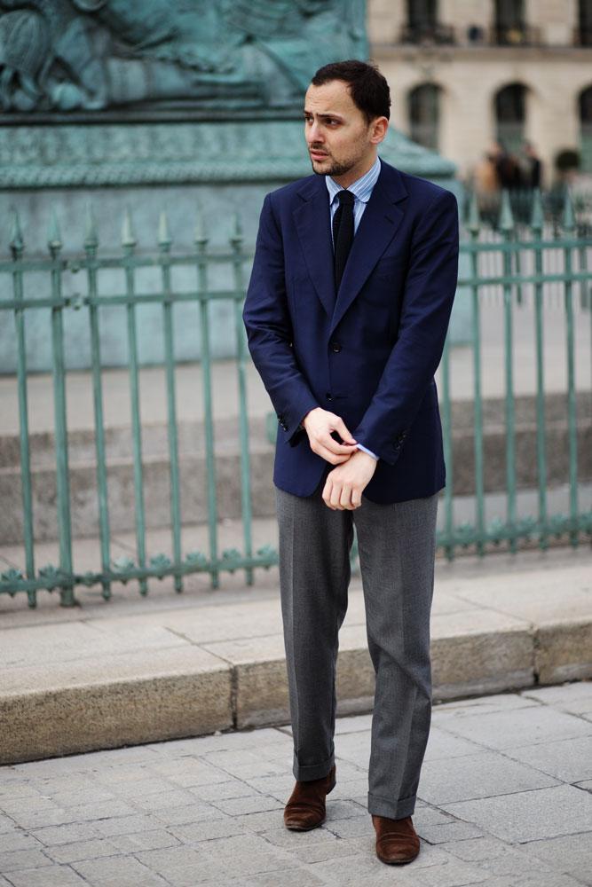 Stéphane Butticé avec son blazer bleu marine du tailleur sur mesure Ferdinando Caraceni et chemise sartoriale Avino Laboratorio Napoletano.