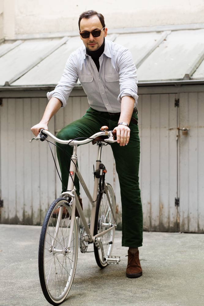 Stéphane Butticé en vélo Tokyo Bike, jean vert, chemise Salvatore Piccolo et lunettes de soleil Lafont et boots Sanders par Beige Habilleur.