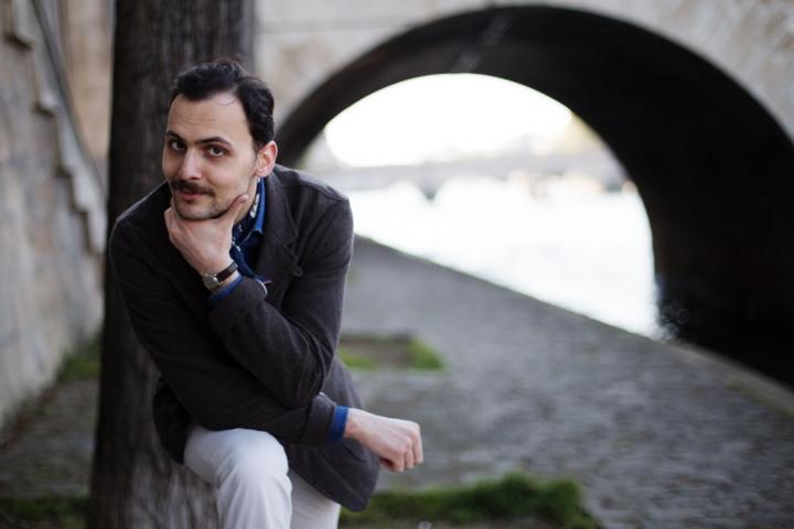 Stéphane Butticé veste marron Universal Works et jean blanc.