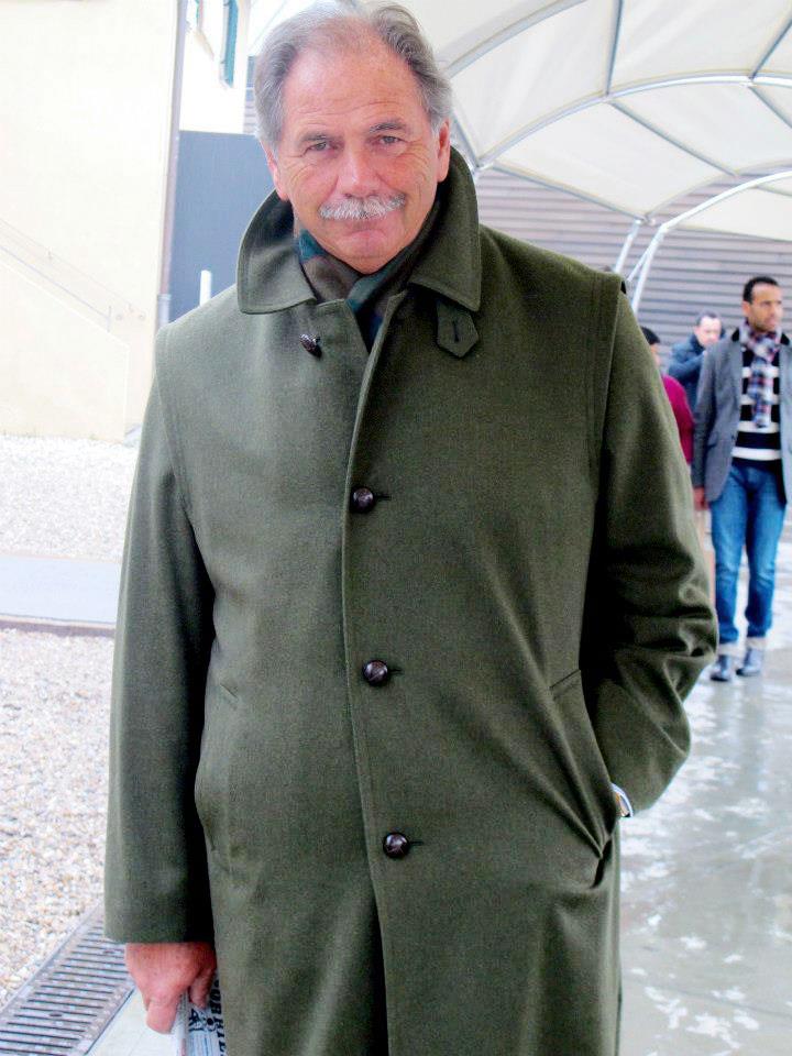Homme portant un Loden vert en laine et alpaca durant le salon de prêt à porter masculin Pitti Uomo à Florence.