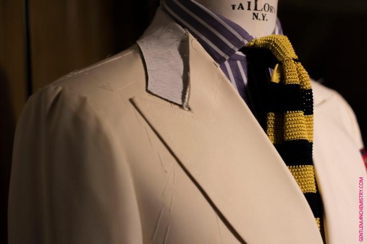 white jacket tie yellow blue larga copie