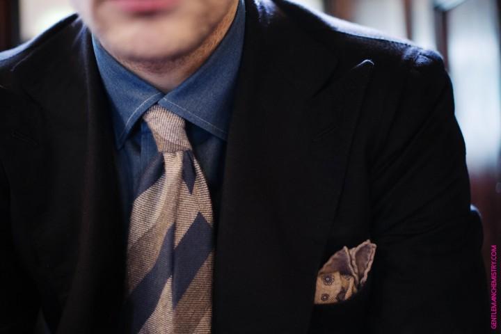 dettaglio cravatta calabrese e pochette con camicia avino e db peluso copie
