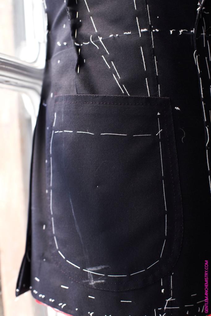 detail-couture-fil-contraste-poche-plaquee-costume-sur-mesure-sartoria-peluso