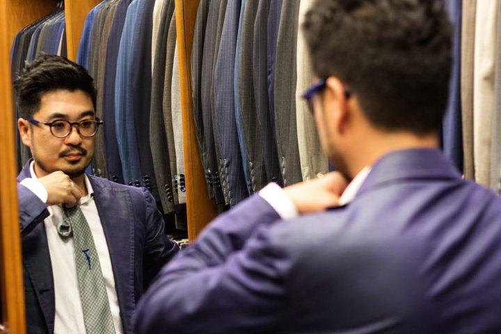 Client qui fait son choix de cravate 7 Al Bazar par Lino Ieluzzi.