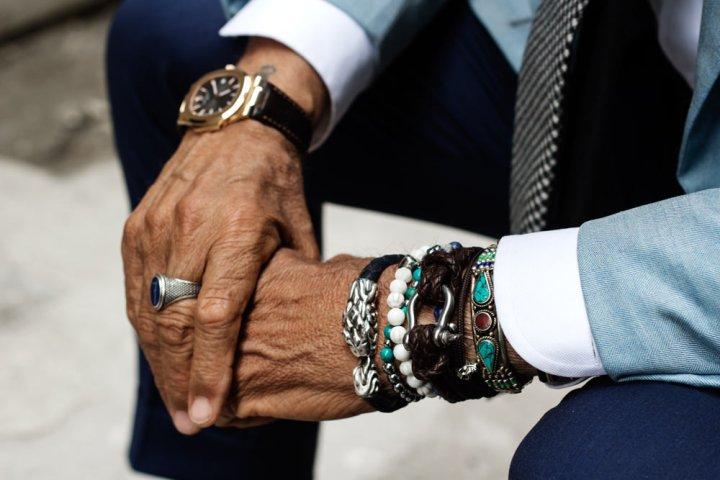 Mains et bracelets de Lino Ieluzzi de la boutique de vêtements pour homme Al Bazar à Milan.
