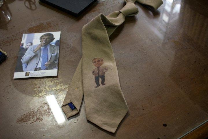 Cadeau cravate à l'effigie de Lino Ieluzzi de la boutique de vêtements pour hommes Al Bazar à Milan.