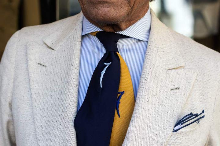 Costume et cravate AL Bazar Milan de Lino Ieluzzi.