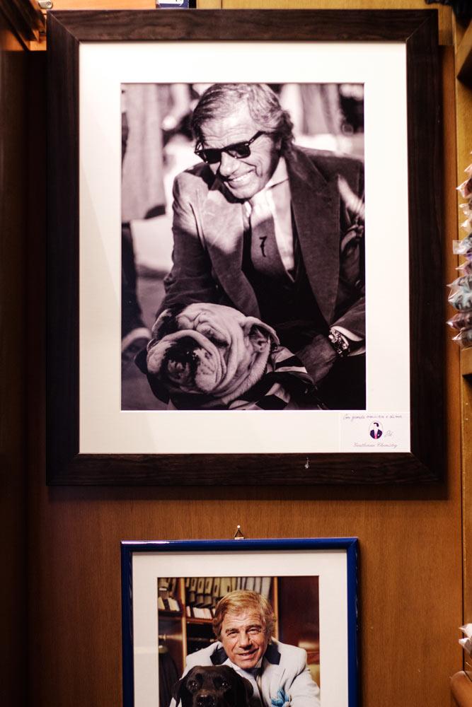 Photo de Lino dans la boutique de vêtements pour homme Al Bazar de Lino Ieluzzi à Milan.