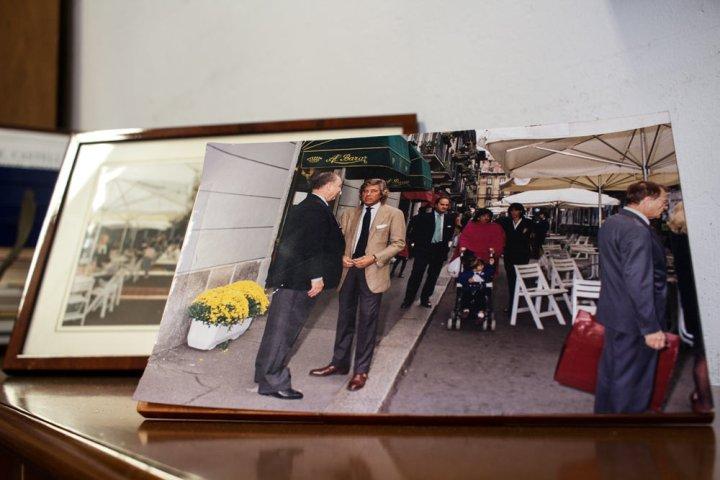 Photo de lino jeune dans la boutique de vêtements pour homme Al Bazar de Lino Ieluzzi à Milan.