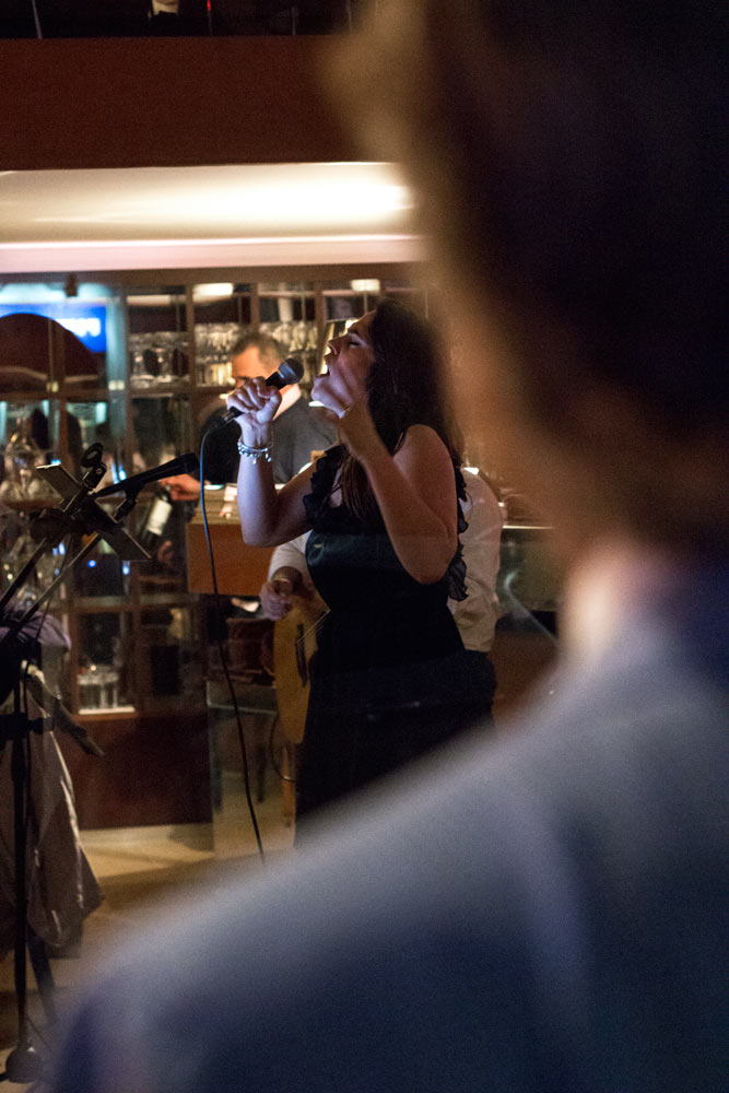 Lino Ieluzzi regarde une femme chanter à Milan.