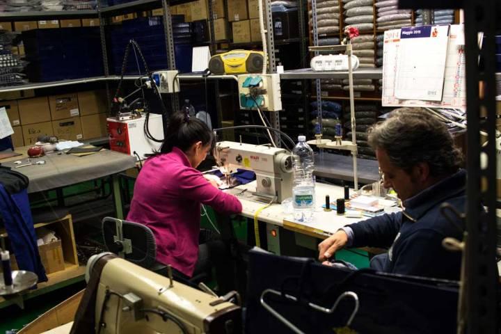 Retoucherie de la boutique de vêtements pour homme Al Bazar de Lino Ieluzzi à Milan.