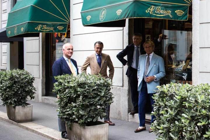 Lino Ieluzzi et son staff devant sa boutique de prêt à porter masculin AL Bazar à Milan.
