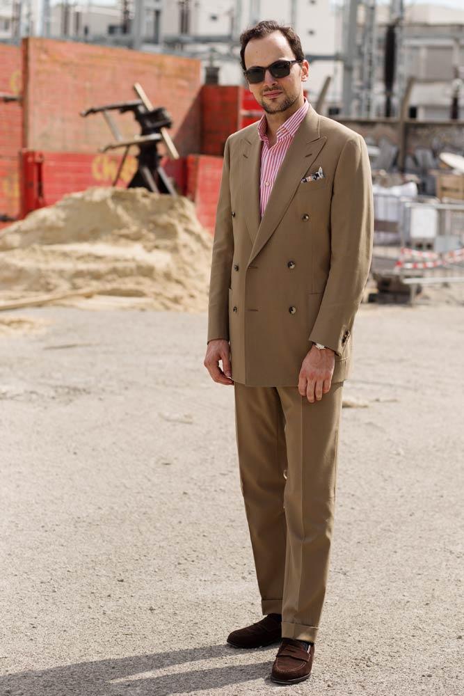 Stéphane Butticé en costume croisé sur mesure sable, chemise sartoriale Avino Laboratorio Napoletano, lunettes bespoke Ateliers Baudin et mocassins Crockett & Jones.