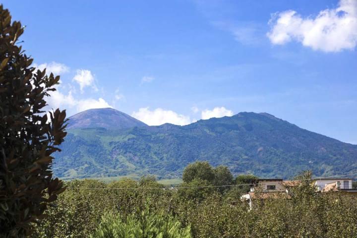 Le volcan Vésuve aux épaules de l'atelier de chemises sartoriales Avino Laboratorio Napoletano.