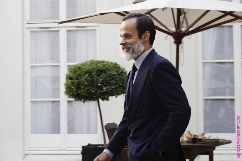 Lorenzo Cifonelli cammina fuori eleganza copie
