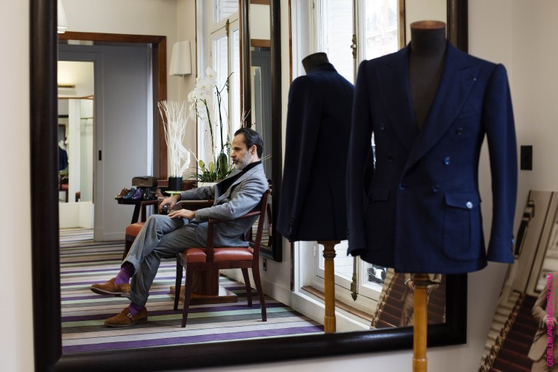 Lorenzo Cifonelli seduto showroom orizontale copie