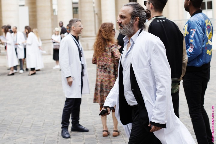 nicolas walking inside margiela blouse copie