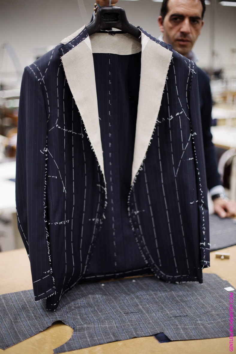 operaio-presenta-giacca-attolini-copie