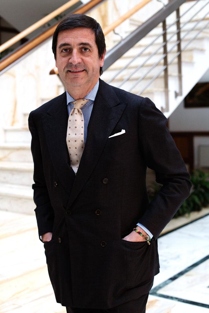 Antonio De Matteis, dit Totò est le CEO de la Maison de couture Kiton, réalisant de façon structurée des costumes réalisés par des tailleurs à Naples et à la main.