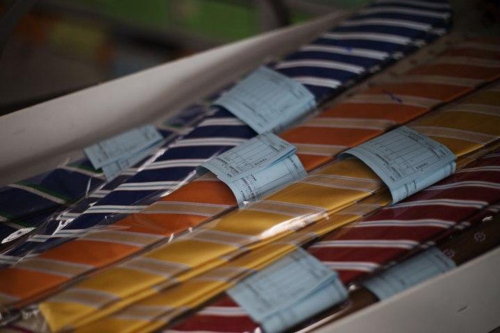 Boîte de cravates Kiton prêtes à la vente. La Maison de couture de tailleurs Napolitaine Kiton a Arzano. Kiton a industrialisé le processus de création de costumes de tailleurs réalisés à la main.