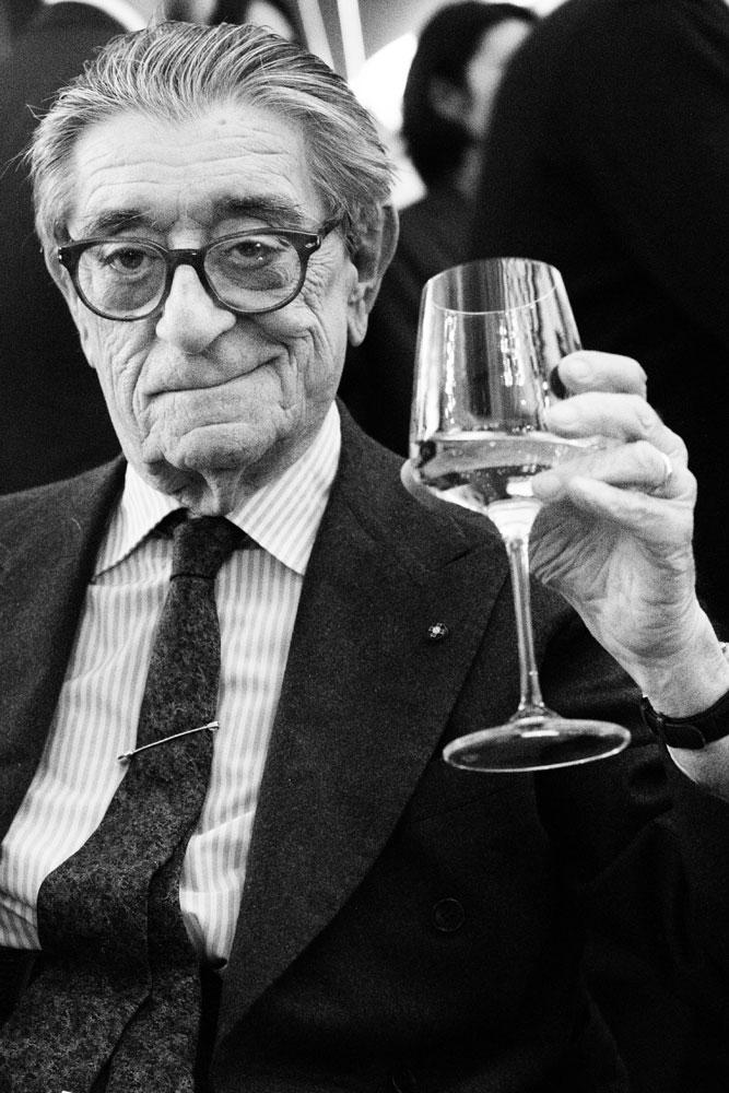 Ciro Paone, fondateur de la Maison de couture Kiton à Naples. Dans son showroom à Milan entrain de trinquer avec une coupe de Champagne. Il a industrialisé le processus de création de costumes de tailleurs réalisés à la main.