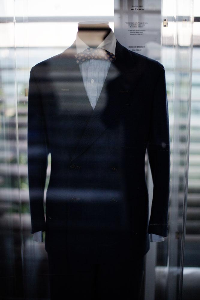 Costume à motif pied de poule foncé sur mesure ayant appartenu au Duc de Windsor dans une vitrine de la passerelle servant à relier deux sites de production du complexe Kiton. La Maison de couture de tailleurs Napolitaine Kiton a Arzano. Kiton a industrialisé le processus de création de costumes de tailleurs réalisés à la main.