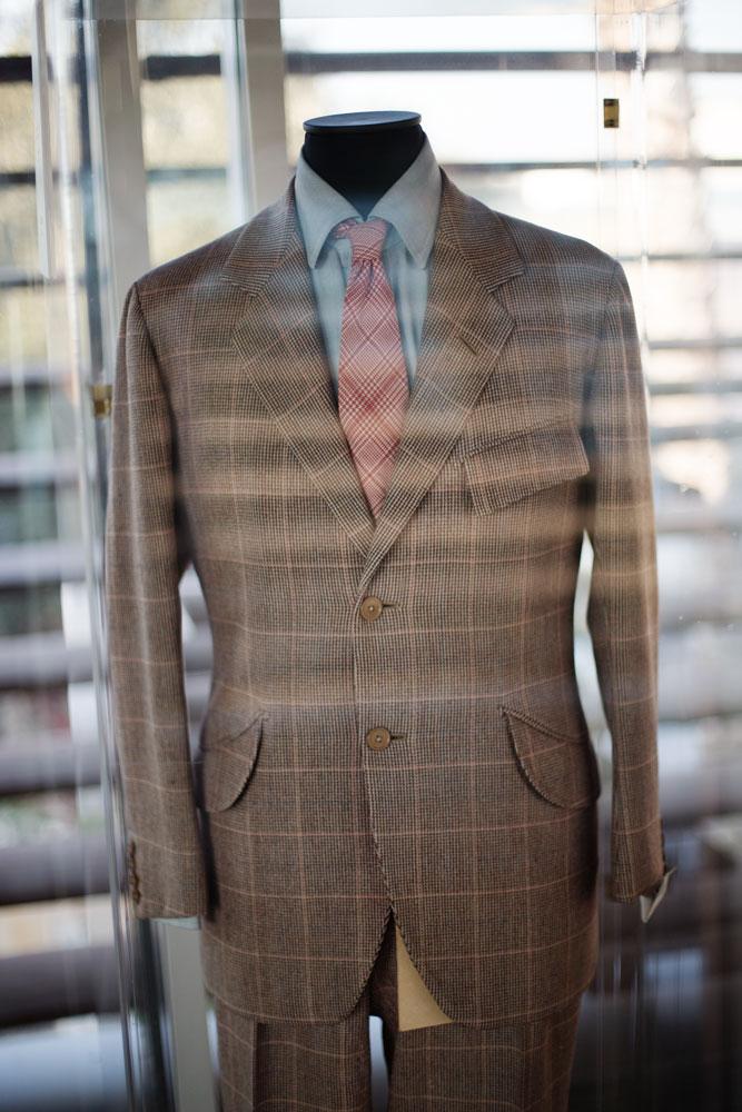 Costume en tweed sur mesure ayant appartenu au Duc de Windsor dans une vitrine de la passerelle servant à relier deux sites de production du complexe Kiton. La Maison de couture de tailleurs Napolitaine Kiton a Arzano. Kiton a industrialisé le processus de création de costumes de tailleurs réalisés à la main.