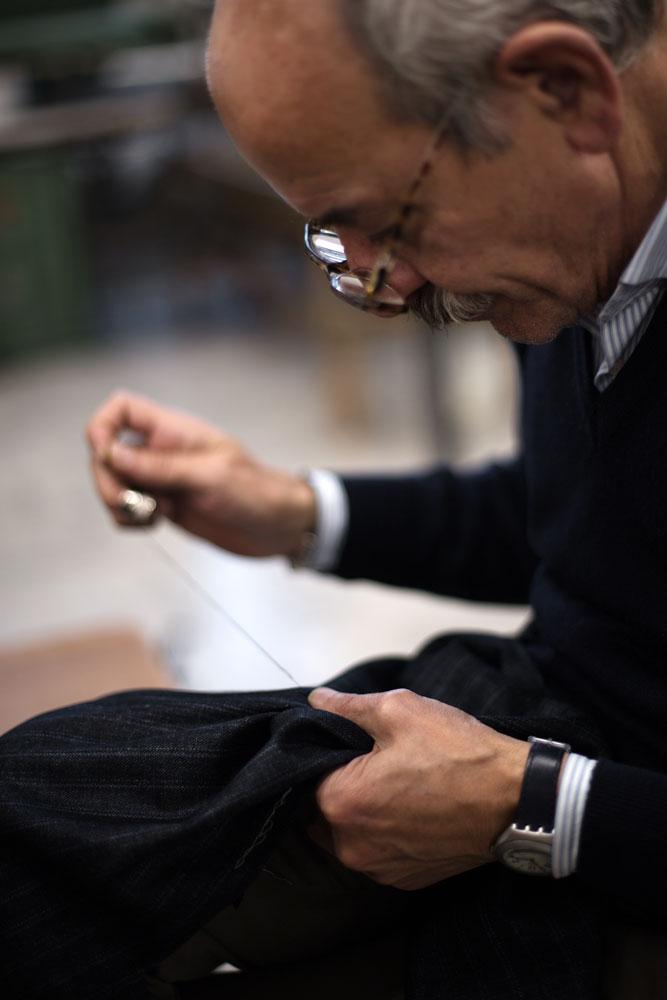 Couturier de la Maison de couture de tailleurs Napolitaine Kiton. Kiton a industrialisé le processus de création de costumes de tailleurs réalisés à la main.
