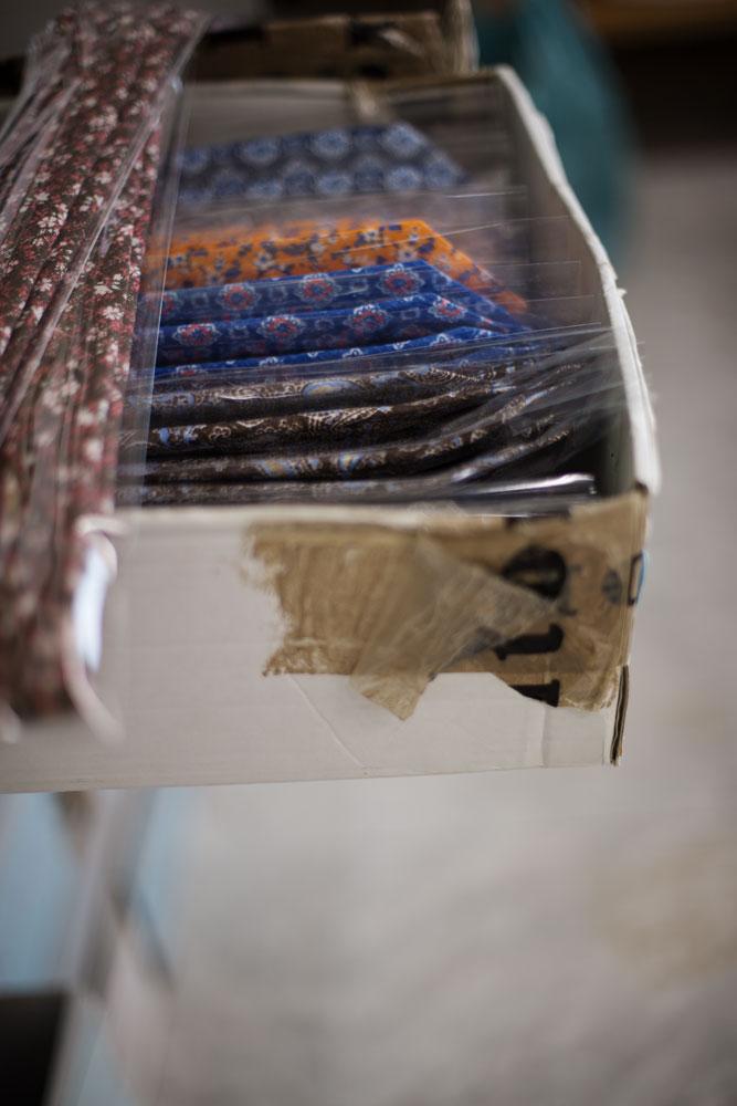 Boîte de cravates en soie Kiton. La Maison de couture de tailleurs Napolitaine Kiton a Arzano. Kiton a industrialisé le processus de création de costumes de tailleurs réalisés à la main.