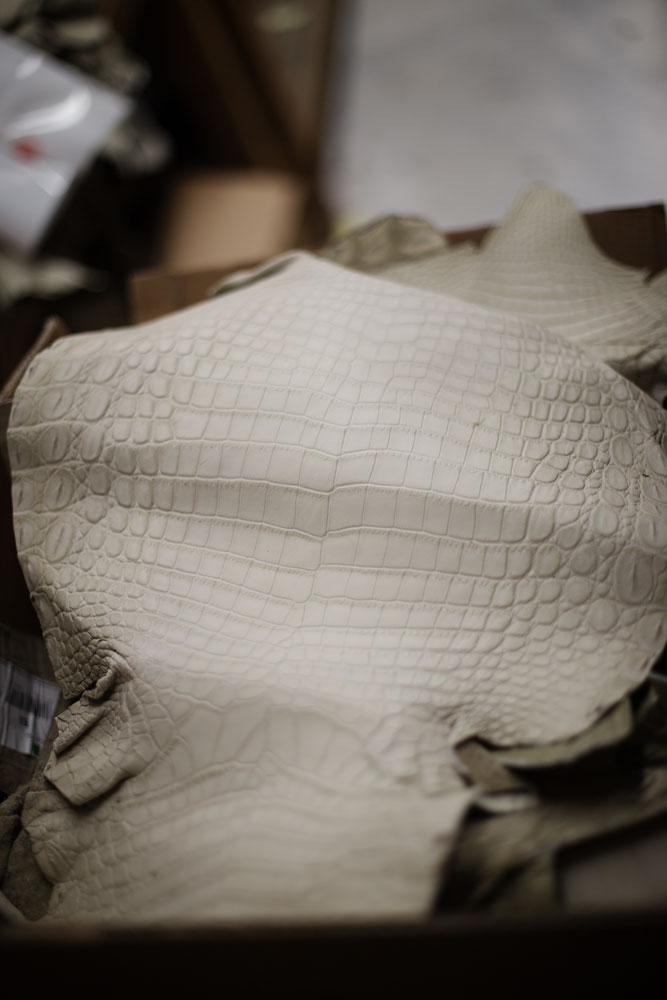 Peau d'alligator servant à la réalisation de souliers artisanaux Kiton. La Maison de couture de tailleurs Napolitaine Kiton a Arzano. Kiton a industrialisé le processus de création de costumes de tailleurs réalisés à la main.