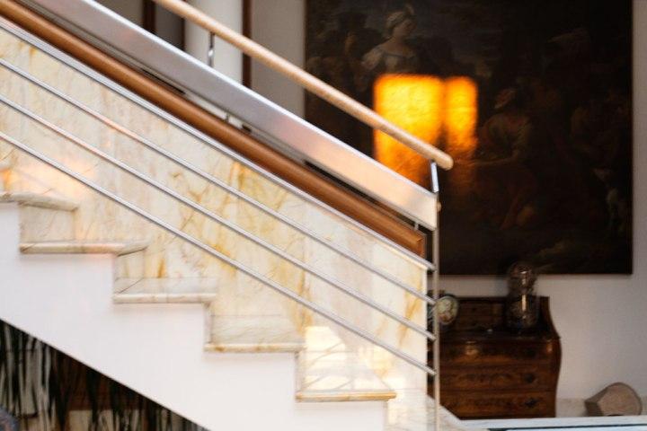 Rampe d'escalier dans le hall d'entrée de la Maison de couture de tailleurs Napolitaine Kiton. Kiton a industrialisé le processus de création de costumes de tailleurs réalisés à la main.