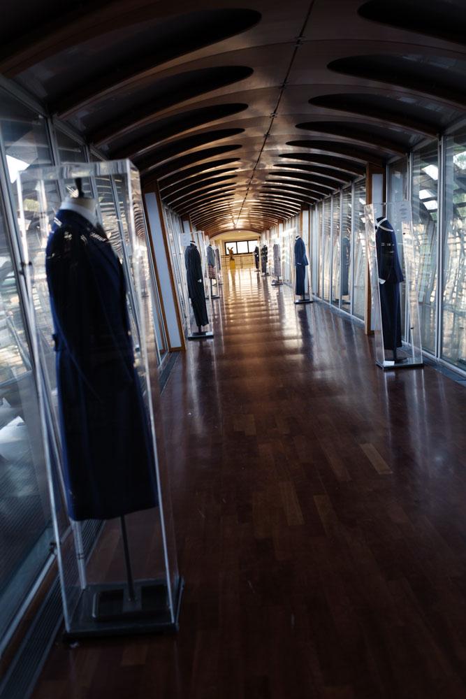 Passerelle avec costumes sur mesure du duc de windsor reliant deux batiments du complexe de production Kiton. La Maison de couture de tailleurs Napolitaine Kiton. Kiton a industrialisé le processus de création de costumes de tailleurs réalisés à la main.