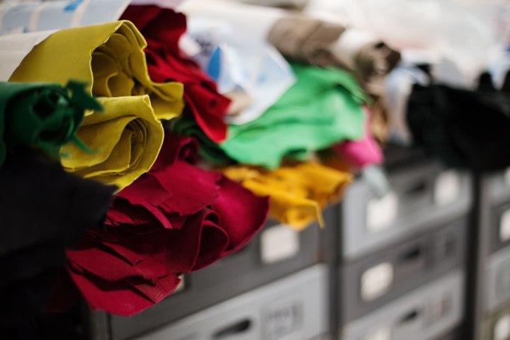 Peaux colorées du stock à destination de la réalisation de souliers faits main Kiton. La Maison de couture de tailleurs Napolitaine Kiton a Arzano. Kiton a industrialisé le processus de création de costumes de tailleurs réalisés à la main.