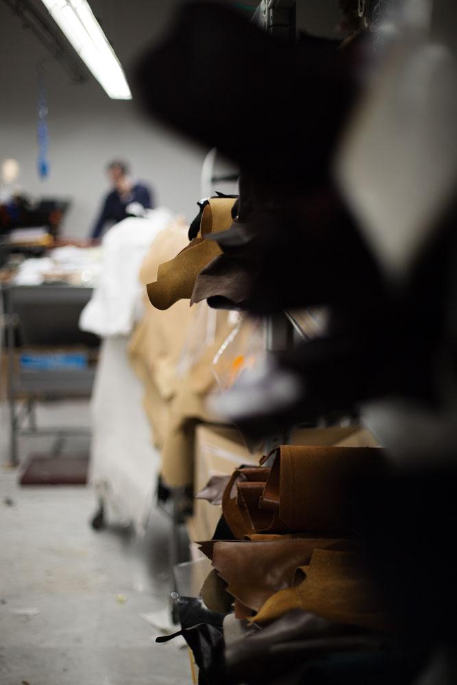 Stock peaux cuir dans les tons marrons Kiton. La Maison de couture de tailleurs Napolitaine Kiton a Arzano. Kiton a industrialisé le processus de création de costumes de tailleurs réalisés à la main.