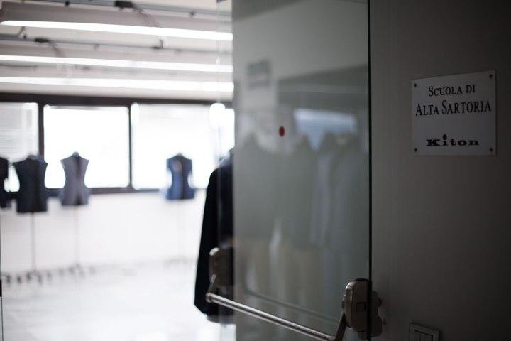 Entrée de la Scuola di Alta Sartoria Kiton avec sa plaque (école des tailleurs). La Maison de couture de tailleurs Napolitaine Kiton a Arzano. Kiton a industrialisé le processus de création de costumes de tailleurs réalisés à la main.