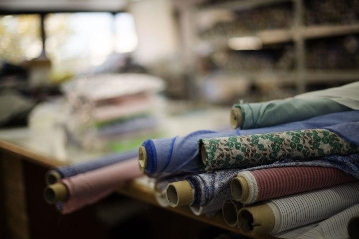 Rouleaux de tissus à destination de la fabrication de chemises à la main chez Kiton. La Maison de couture de tailleurs Napolitaine Kiton a Arzano. Kiton a industrialisé le processus de création de costumes de tailleurs réalisés à la main.