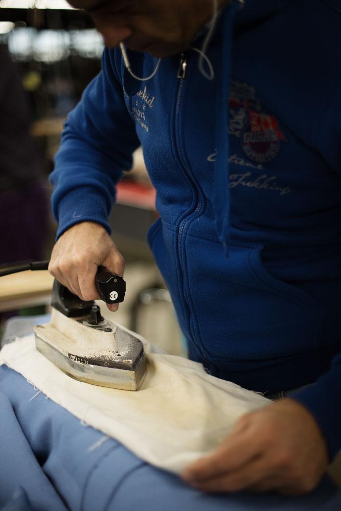 Tailleur repassant une veste dans l'atelier Kiton. La Maison de couture de tailleurs Napolitaine Kiton. Kiton a industrialisé le processus de création de costumes de tailleurs réalisés à la main.