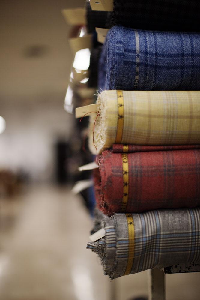 Stock de tissus Carlo Barbera dans la pièce dédiée aux étoffes chez Kiton. La Maison de couture de tailleurs Napolitaine Kiton. Kiton a industrialisé le processus de création de costumes de tailleurs réalisés à la main.