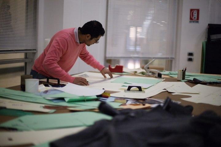 Traceur de patrons de chemises Kiton. La Maison de couture de tailleurs Napolitaine Kiton a Arzano. Kiton a industrialisé le processus de création de costumes de tailleurs réalisés à la main.