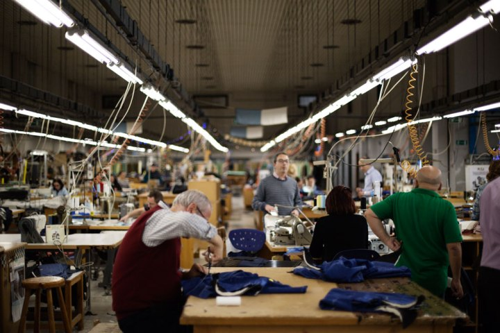 Vue couturiers et tailleurs à la coupe dans l'atelier Kiton. La Maison de couture de tailleurs Napolitaine Kiton. Kiton a industrialisé le processus de création de costumes de tailleurs réalisés à la main.